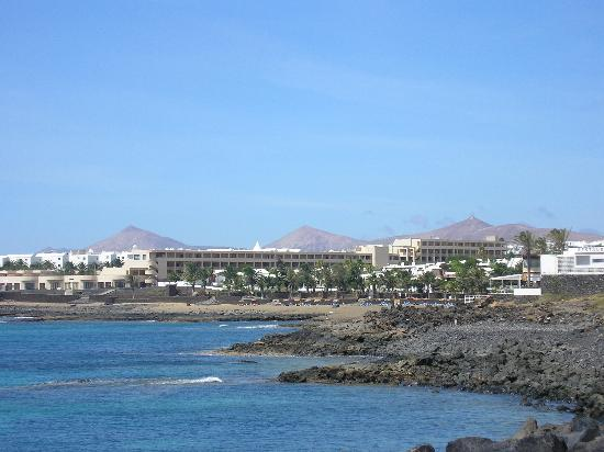 Costa Teguise, Espagne : View of hotel from promenade to town 