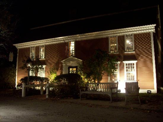 Longfellow&#39;s Wayside Inn: The Inn at Night