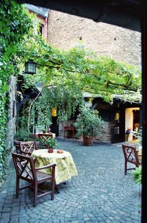 Castle Hotel Auf Schoenburg: the biergarten at the hotel