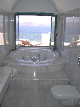 Anastasis Apartments: the jacuzzi bathtub in the honeymoon suite