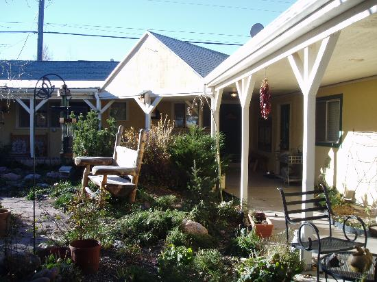 The Courtyard Country Inn B