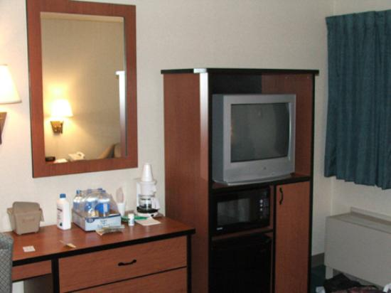 Airport Value Inn & Suites: Fridge, microwave in room.