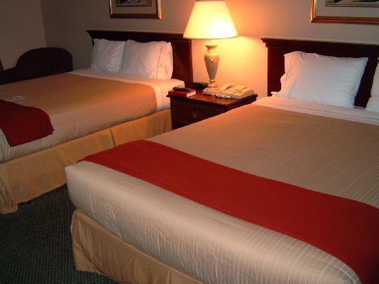 Comfort Suites Vancouver: The beds - radio and lamps are on when you arrive