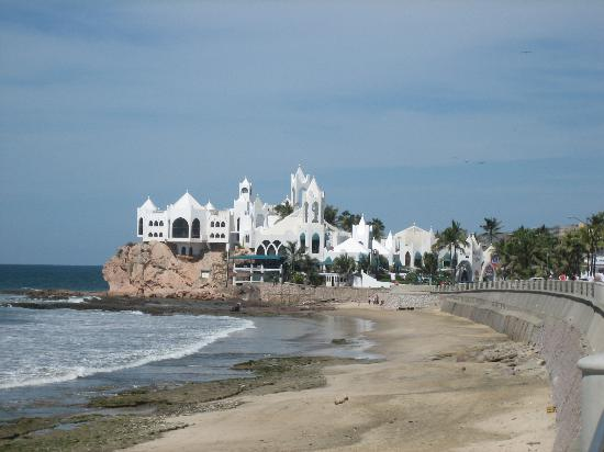 Howard Johnson Don Pelayo Mazatlan: Beach directly in front hotel
