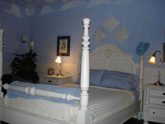 Jefferson Street Bed & Breakfast: The Bluebonnet Room is beautiful and comfortable
