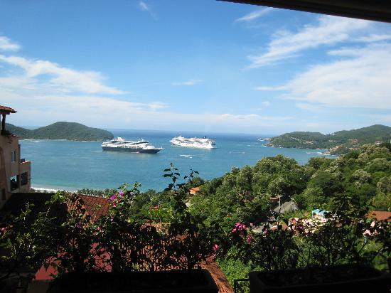 Ζιουατανέχο, Μεξικό: Two cruise ships meet in Zihuatanejo bay.