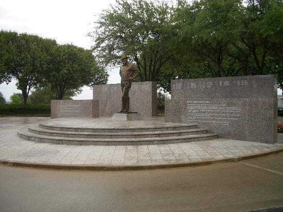 Irving, TX : Byron Nelson statue 