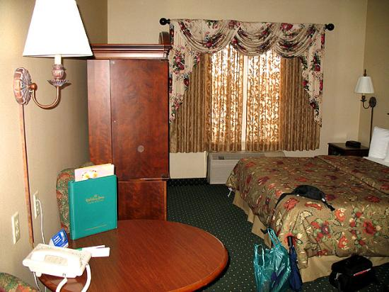 Holiday Inn La Crosse: Main room with armoire