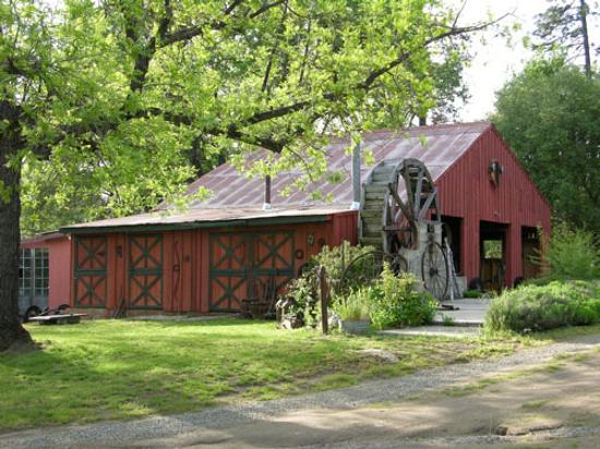 Meadow Creek Ranch Bed and Breakfast Inn: The barn