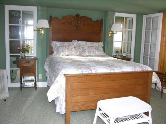 Meadow Creek Ranch Bed and Breakfast Inn: Garden Gate Room bed