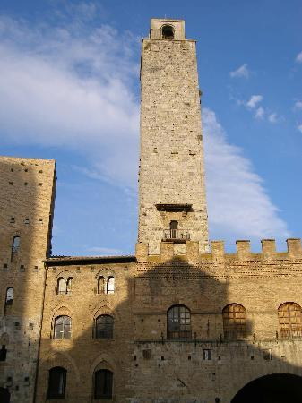 San Gimignano, Italie : Torre Grossa, tallest tower in town and part of City Hall