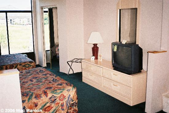 Comfort Suites: The television and the large closet