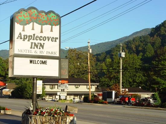 Applecover Inn Motel and RV Park: The main drag in Maggie Valley