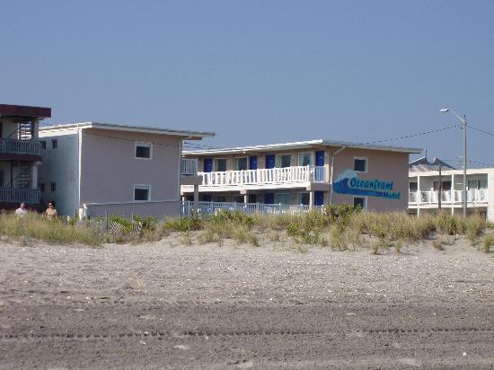 Ocean Front Motel: Motel from the beach