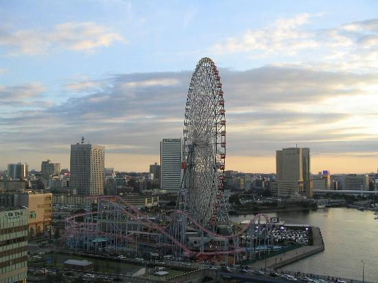 Yokohama, Japón: Ferris Wheel from Intercontinental Grand at dusk