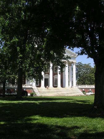 ‪‪Charlottesville‬, فيرجينيا: The Rotunda from the Lawn‬
