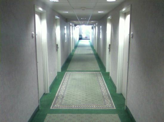 Fairfield Inn &amp; Suites San Jose Airport: Enclosed hallways