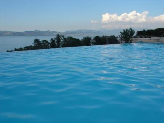 vian-les-Bains, Francia: Pool &amp; Swtizerland in the background