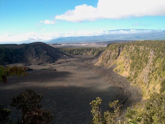 Volcano, Hawaï: Kilauea Iki crater with Mauna Loa in the background - just a few minutes away.