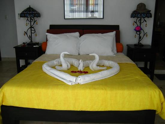 Casa Sirena Hotel: Our bed after the maid came through to clean.