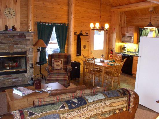Rangeley, ME: The cabin had a full kitchen that was well stocked and plenty of room for our family of four.