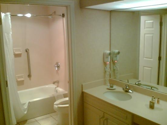 Homewood Suites Newark-Cranford: Bath room