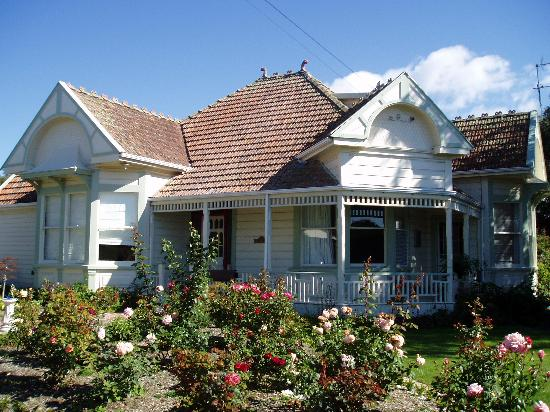 Anglesea House Bed & Breakfast: The B&B surrounded by roses and other blooms