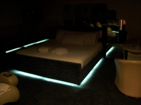 Northbrook, IL: Bed with ground lighting
