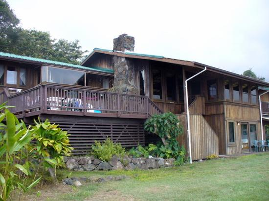 Cedar House Bed and Breakfast: Side of house facing Kealakekua Bay