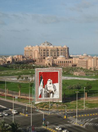 Hilton Abu Dhabi Hotel: View of the Emirates Palace from the Hilton