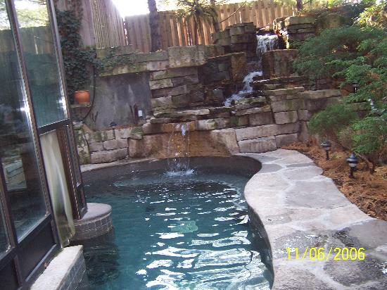 pool fountain picture of the pillar and post inn spa and conference centre niagara on the. Black Bedroom Furniture Sets. Home Design Ideas