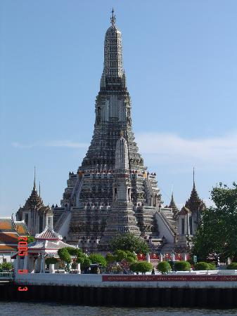 Bangkok, Tayland: Wat Arun (Temple of Dawn) along Chao Phraya River