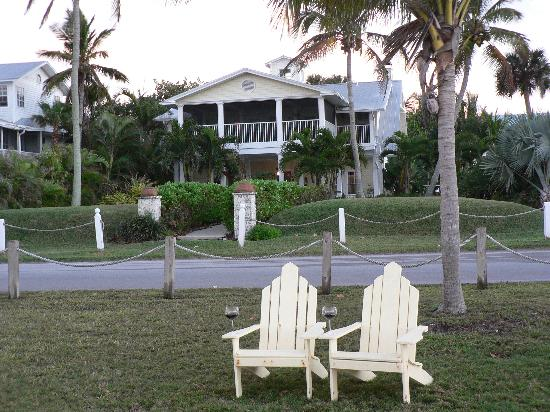 Bokeelia Tarpon Inn: Front of Inn (and perfect spot for pelican watching)