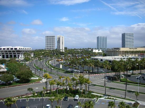 Newport Beach, Californien: Fashion Island across the street