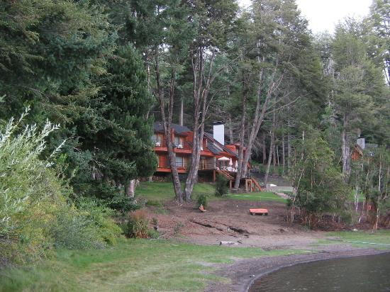 Hosteria Patagonia Paraiso: Hotel from bay shore
