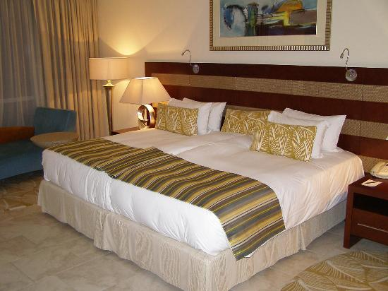 Oasis Beach Tower Apartments: Very big beds in the master bedroom