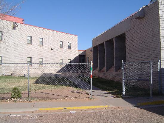 Tuba City, AZ: Entrance (really looks like a high-school)