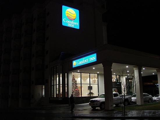 Comfort Inn Fallsview: Comfort Inn at night