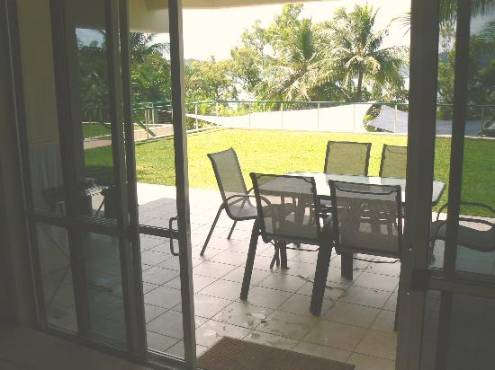 Hibiscus Apartments: Out the patio doors - pool's shade in the distance