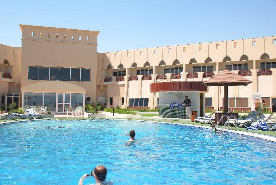 Golden Tulip Resort Dibba: Hotel view from the Swimming pool