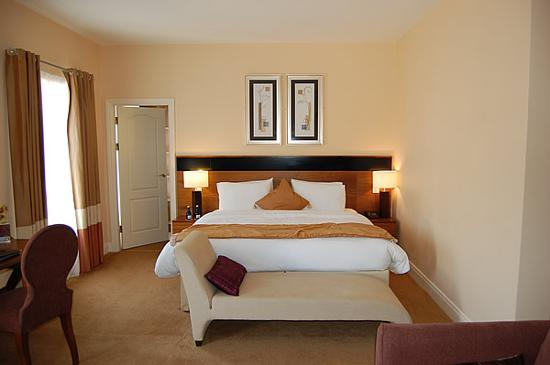 Brook Lane Hotel: Bed with walk-in wardrobe to left