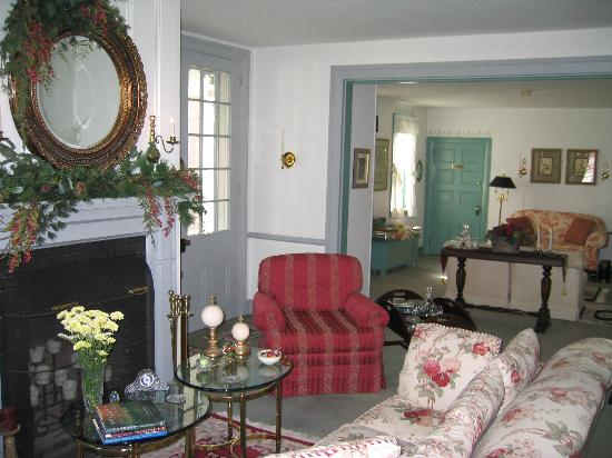 The Inn at Twin Linden: One of the comfortable parlors