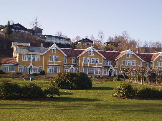 The hotel facing the Bjornefjord - an arm of the Hardangerfjord (1935685)