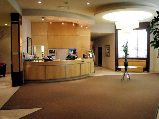 Hotel lobby and reception desk picture of courtyard by for Reception design hotel