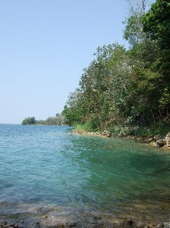 Flores, Guatemala: Lakeside beach at La Lancha