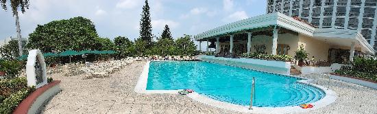 Crowne Plaza Hotel San Salvador: Beautiful pool and outdoor restaurant