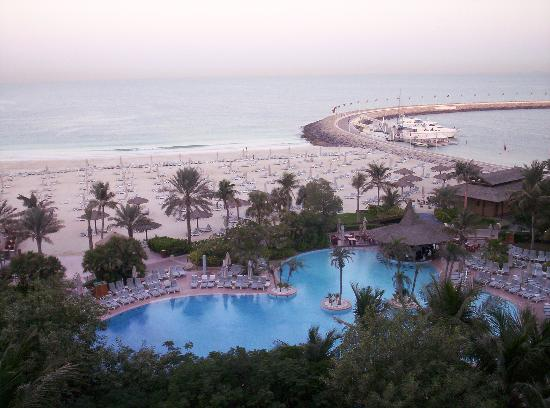 Jumeirah Beach Hotel: View of the Resort pool from our balcony