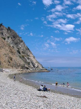 Catalina Island, CA: Beach at outdoor restaurant
