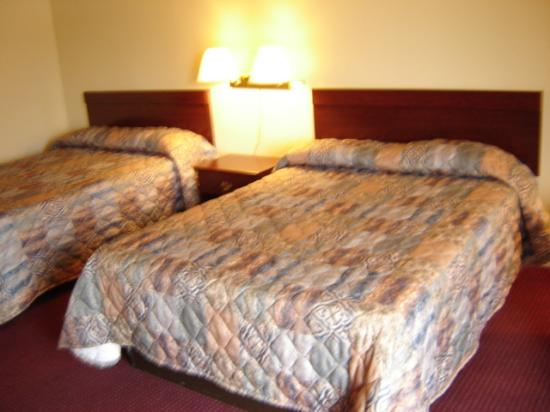 Executive Inn: Queen beds