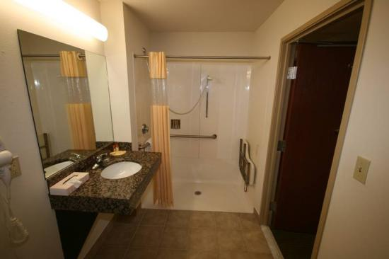 Days Inn & Suites Laurel: Bathroom - Handicap Shower